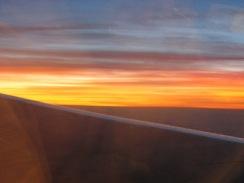 วิวมองออกไปนอกเครื่องบินตอนเช้า ท้องฟ้าสวยทีเดียว